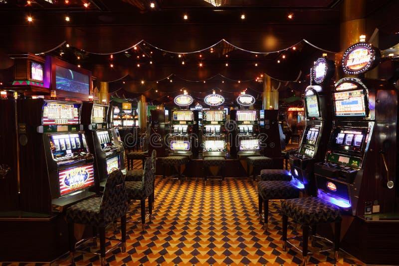 Lotto delle slot machine alla Costa Luminosa della fodera fotografie stock libere da diritti