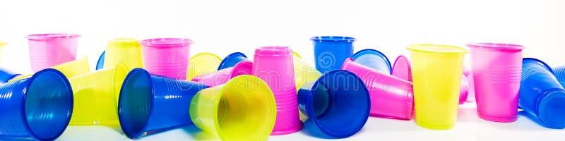 Lotto delle tazze di plastica variopinte fotografie stock