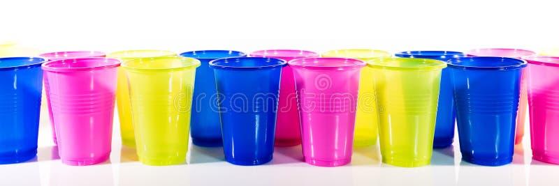 Lotto delle tazze di plastica variopinte fotografia stock libera da diritti