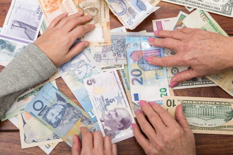 Lotto delle valute su una tavola fotografia stock