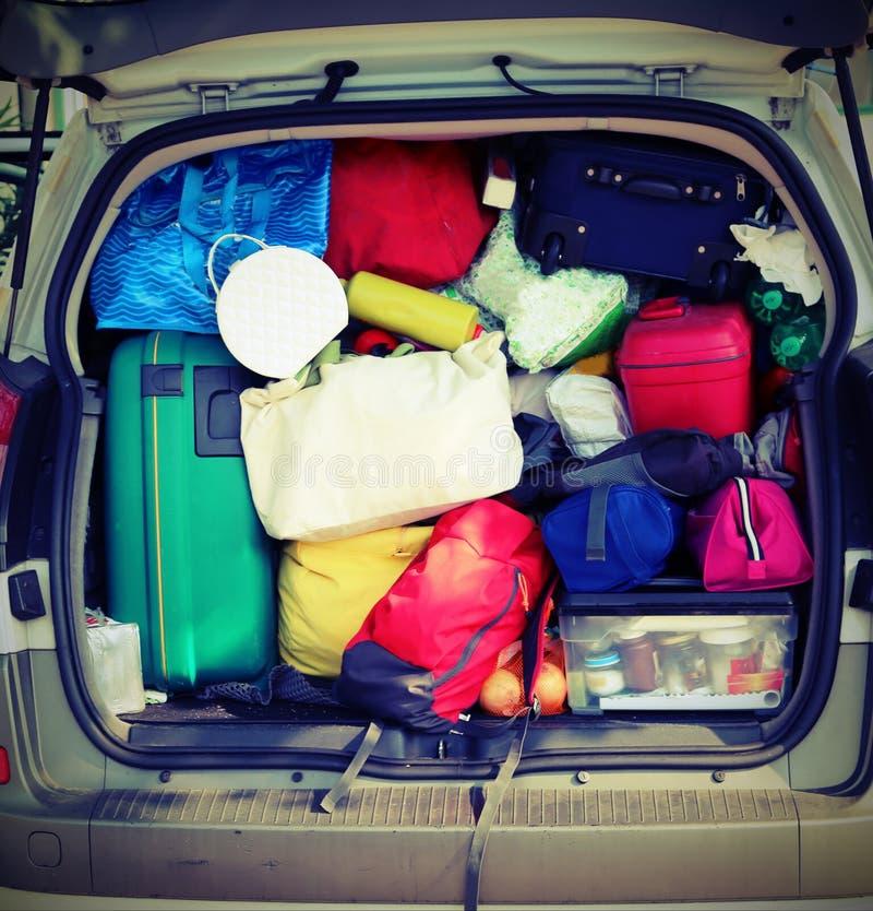 lotto di bagagli nell'automobile di famiglia con effetto d'annata immagini stock libere da diritti