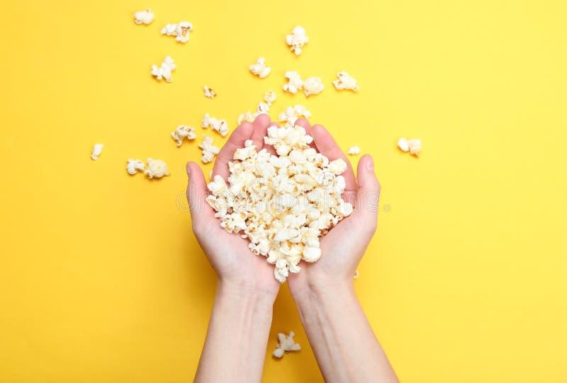 Lotto di popcorn in mani immagini stock