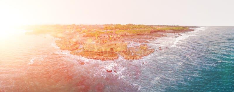 Lotto di Tanah - tempio nell'oceano Bali, Indonesia Foto dal fuco INSEGNA, formato lungo fotografie stock libere da diritti
