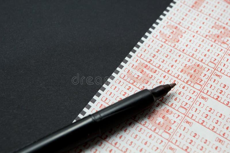 Lottoschein mit Stift, PersonenMarkierungsnummer Schwarzer Hintergrund, Raum f?r Text lizenzfreies stockbild
