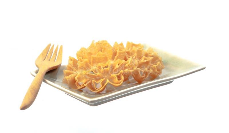Lotus Blossom Cookie curruscante en plato en blanco imagenes de archivo