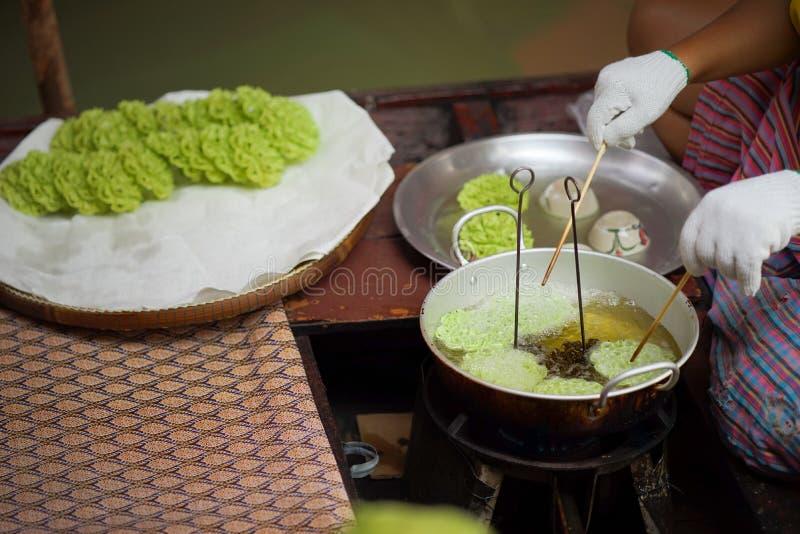 Lotus Blossom Cookie Kanom Dok curruscante Jok frió con aceite en una cacerola fotografía de archivo