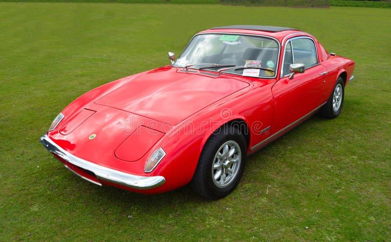Lotus Elan rossa classica + un'automobile sportiva 2 fotografie stock libere da diritti