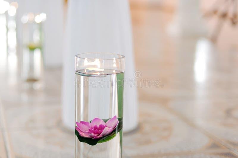 Lotus et bougie dans le vase images libres de droits