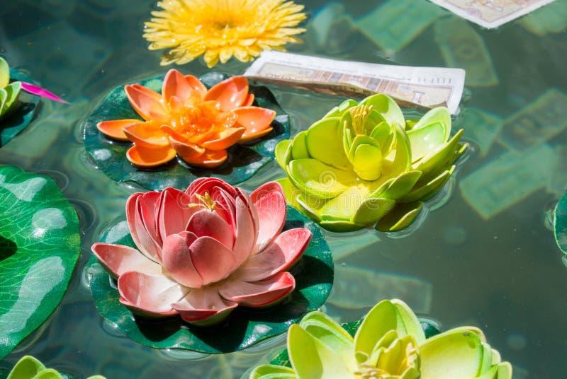 Lotus Flower i ett damm på den kinesiska templet fotografering för bildbyråer
