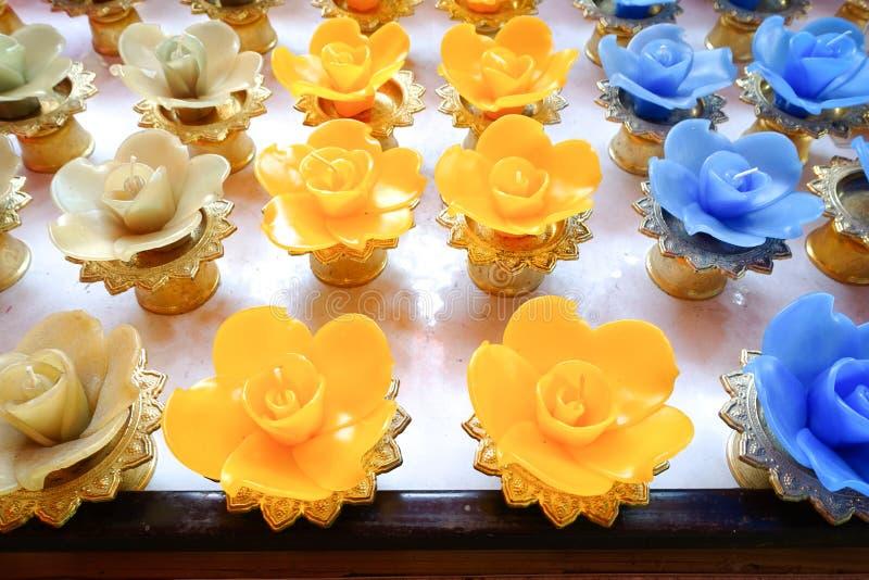 Lotus-kaarsen in een boeddhistische Tempel stock foto's
