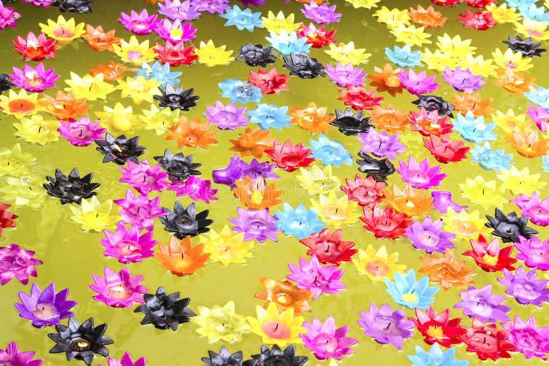 Lotus-Kerze auf Wanne lizenzfreie stockfotografie