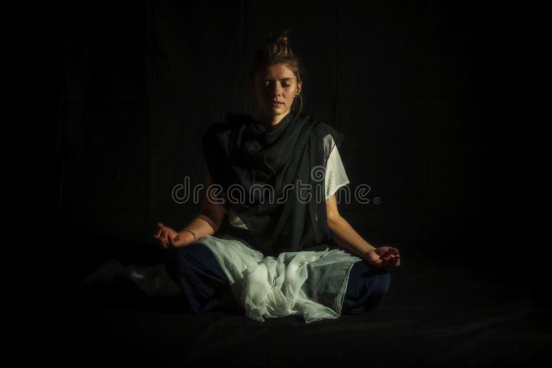 Lotus Pose på en svart bakgrund royaltyfria bilder