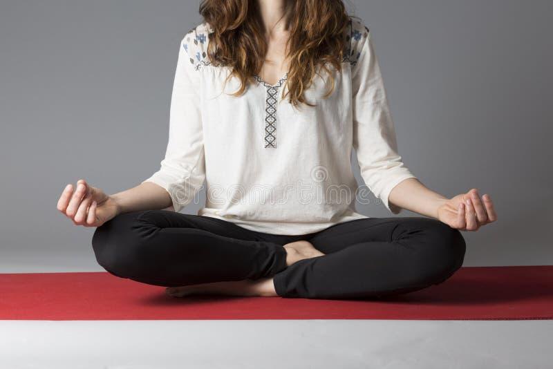 Lotus poserar under meditation arkivfoton