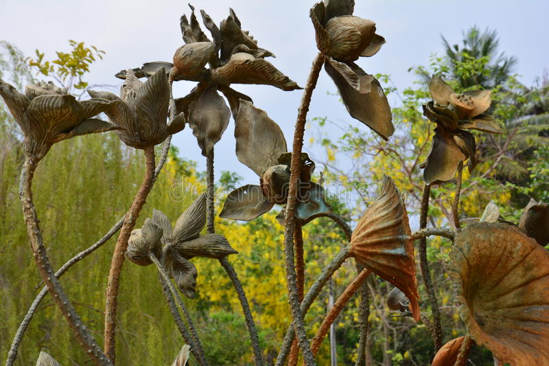 Lotus statykonst i trädgården royaltyfri foto