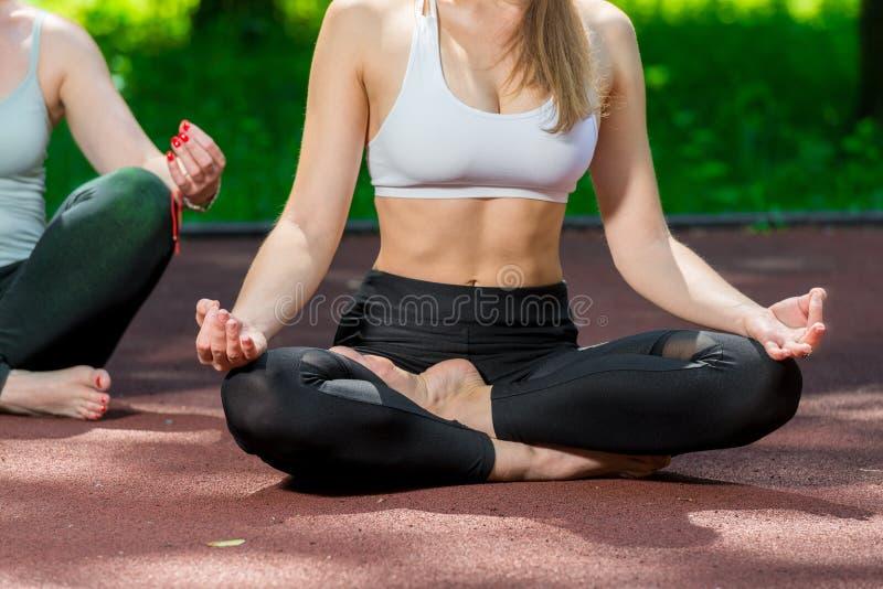 lotusblomma poserar asanas i yoga - kroppcloseup arkivfoton