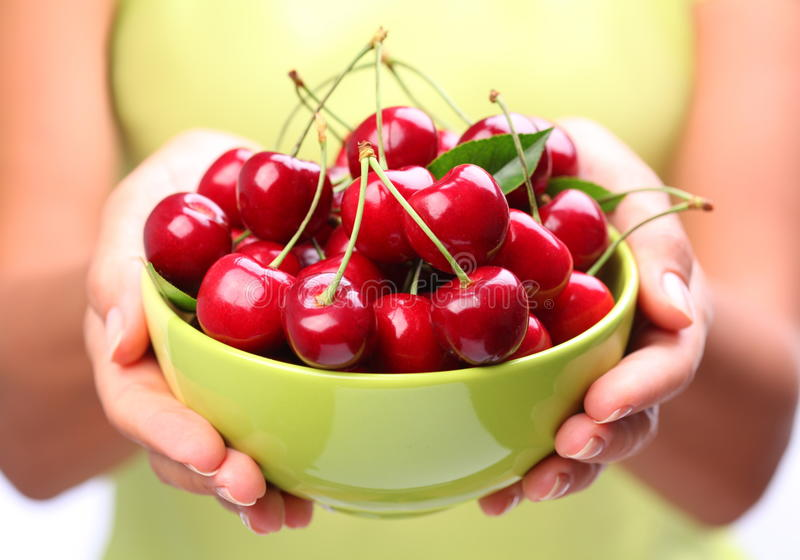 Louça com cerejas. fotografia de stock