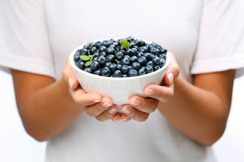Louça com uvas-do-monte. foto de stock royalty free