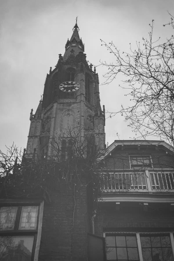 Louça de Delft, Países Baixos - 6 de janeiro de 2019: Reflexão no canal da torre do Nieuwe Kerk, igreja nova, no centro da cidade fotografia de stock