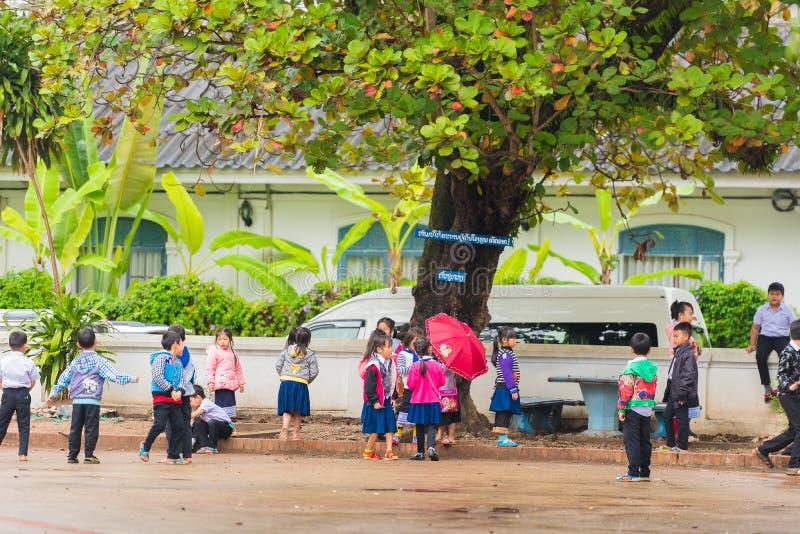LOUANGPHABANG, LAOS - 11 DE ENERO DE 2017: Niños en el patio de escuela Copie el espacio para el texto foto de archivo libre de regalías