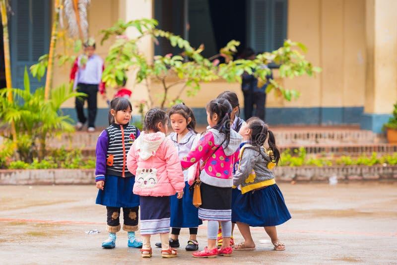LOUANGPHABANG, LAOS - 11 GENNAIO 2017: Bambini nel cortile della scuola Copi lo spazio per testo Primo piano immagini stock libere da diritti