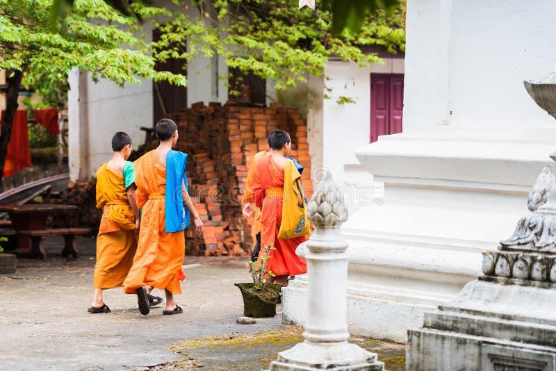LOUANGPHABANG LAOS - JANUARI 11, 2017: Grupp av munkar på en stadsgata Kopiera utrymme för text royaltyfri foto