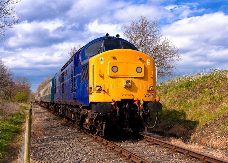 Louco azul da classe 37 com trem fotografia de stock royalty free