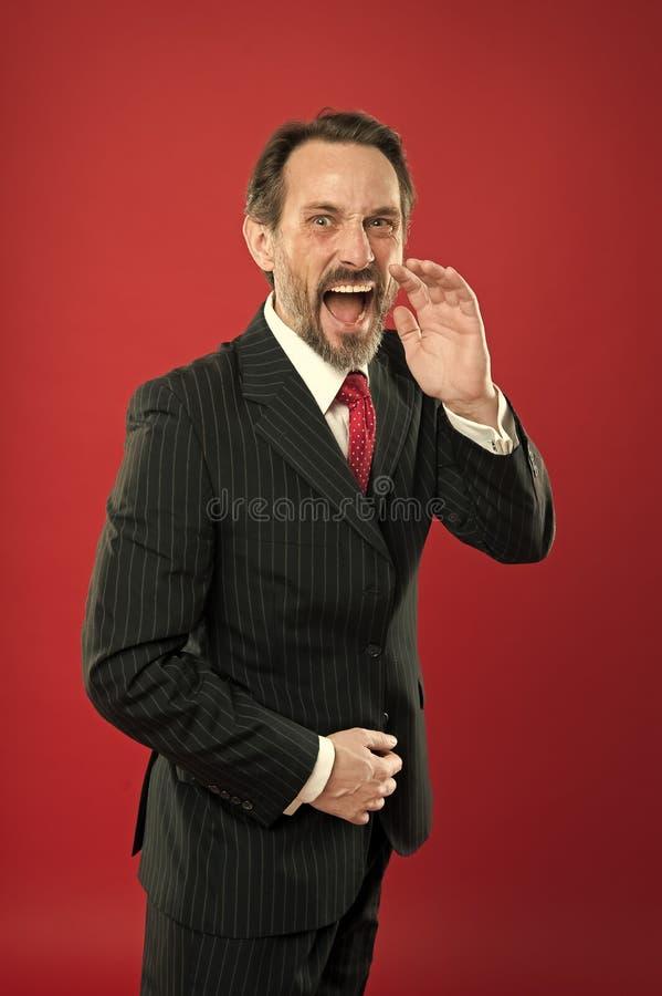 Loud-meddelande Man skriker till dig Man försöker övertala dig i något Karismatisk högtalare skrik arkivfoto
