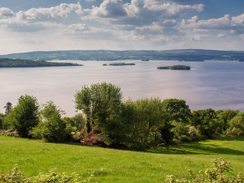 LoughDerg län Tipperary, naturlandskap, sommardag, molnig himmel ?ar och berg i bakgrunden royaltyfri fotografi