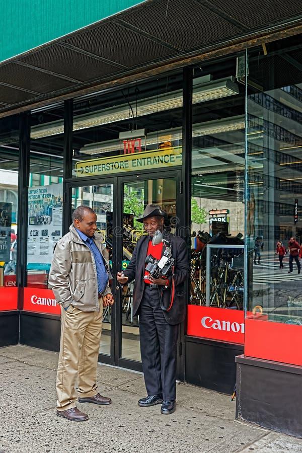 Louis Mendes delante de la tienda de Canon en Manhattan imagen de archivo libre de regalías