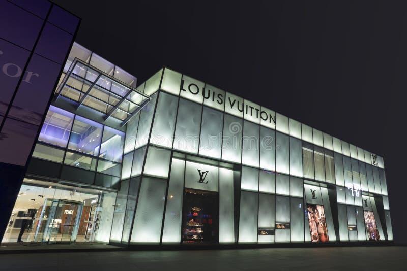 Louis Vuitton compera alla notte a Dalian, Cina immagine stock
