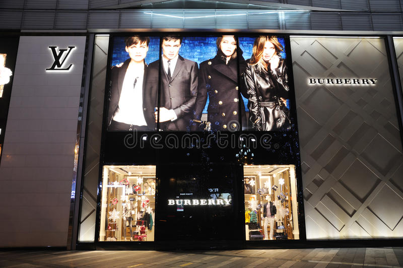 Louis Vuitton e Burberry adattano il boutique fotografie stock