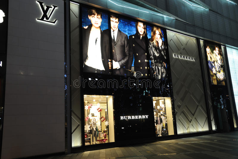 Louis Vuitton et boutique de mode de burberry image stock