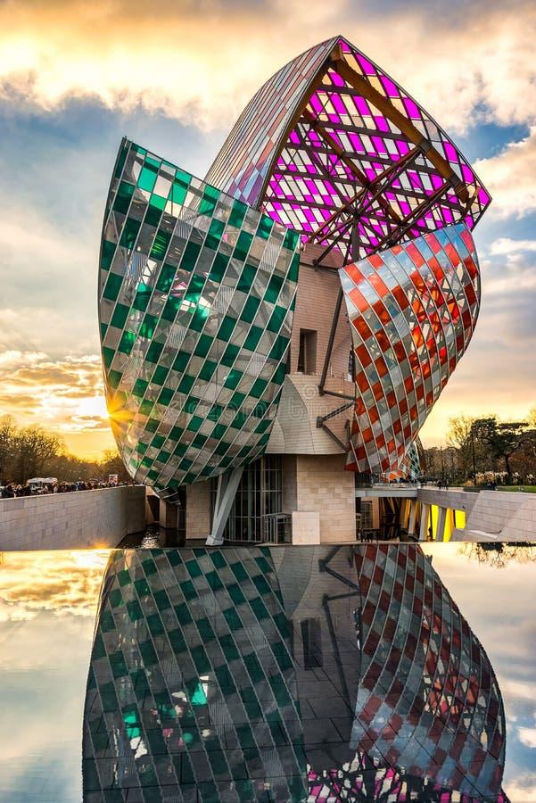 Louis Vuitton Foundation bij zonsondergang stock foto's
