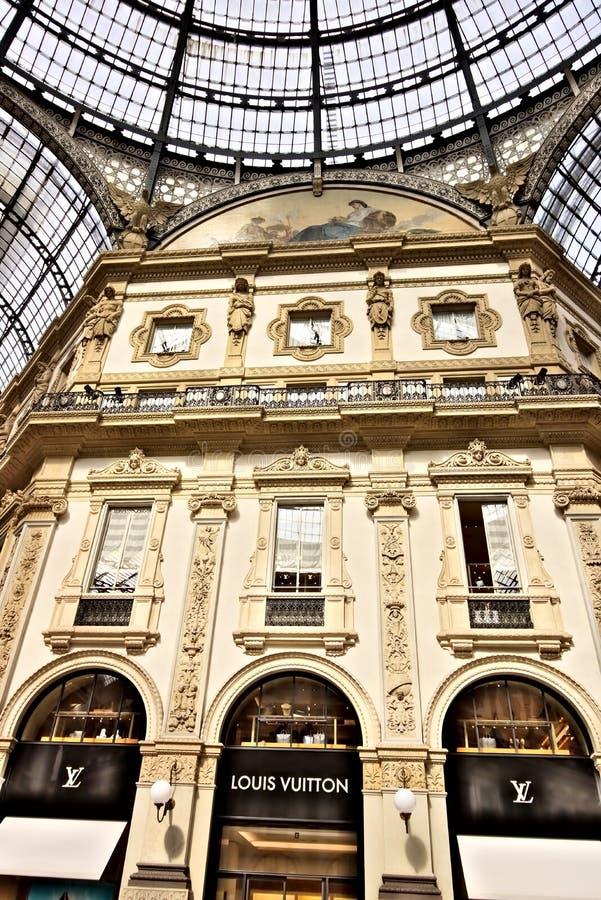 Louis Vuitton-winkel in Galleria Vittorio Emanuele II in Milaan stock foto's