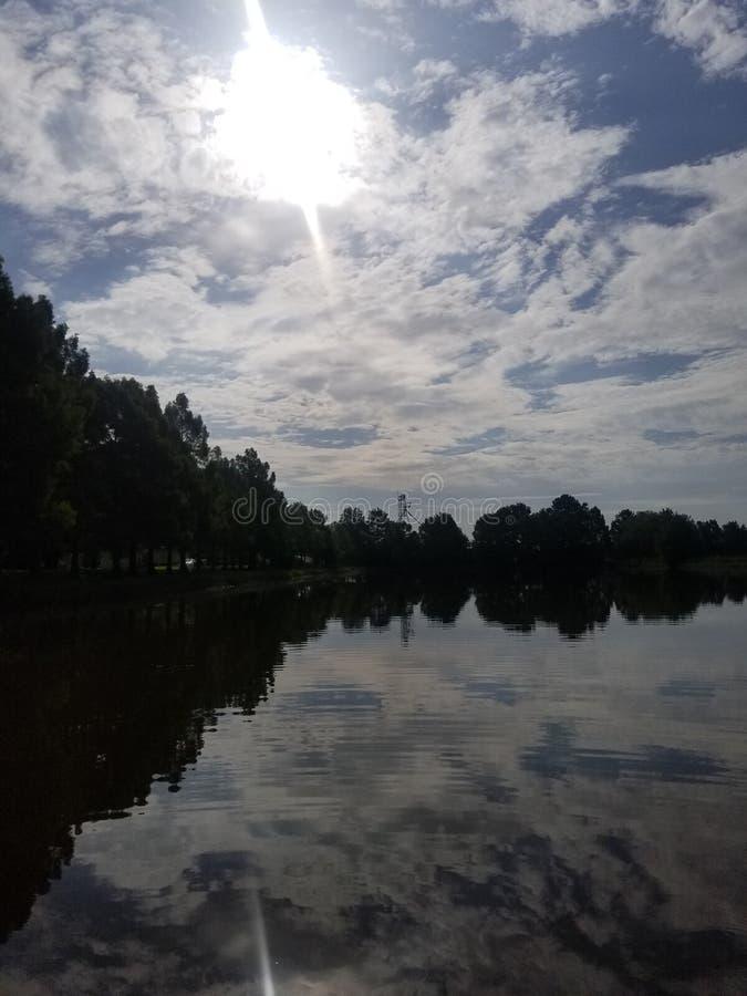 LOUISIANA-BAYOUS und HELLES BLAUES SKYS lizenzfreies stockbild