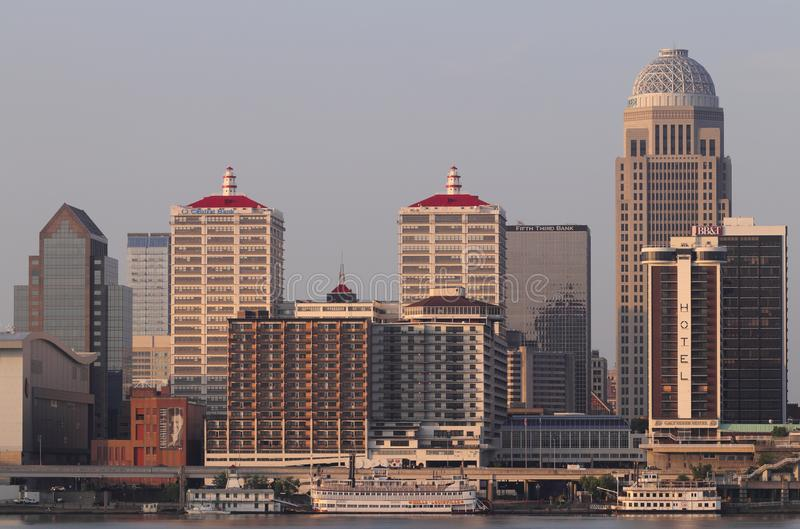 Louisville de stad in bij zonsopgang, met inbegrip van Mercer, BB&T, Galt House, PNC en Vijfde Derde Bankgebouwen en waterkant I royalty-vrije stock foto's