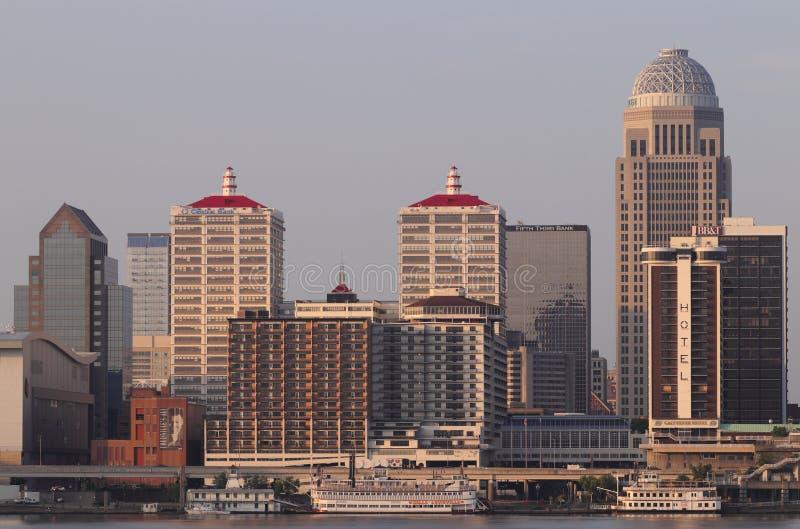 Louisville do centro no nascer do sol, incluindo Mercer, o BB&T, o Galt House, o PNC e as quintas terceiras construções de banco  fotos de stock royalty free
