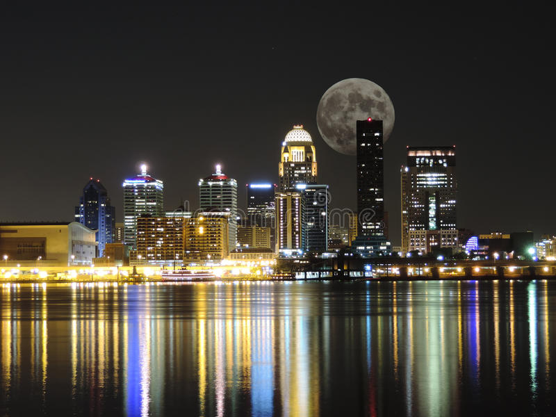 Louisville horisont med månen royaltyfri fotografi