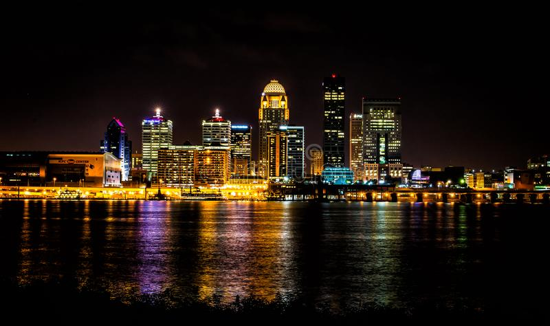 Louisville Kentucky linia horyzontu przy noc strzałem od Indiana granicy zdjęcie stock