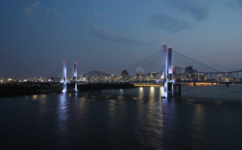 Louisville, Kentucky na noite foto de stock royalty free