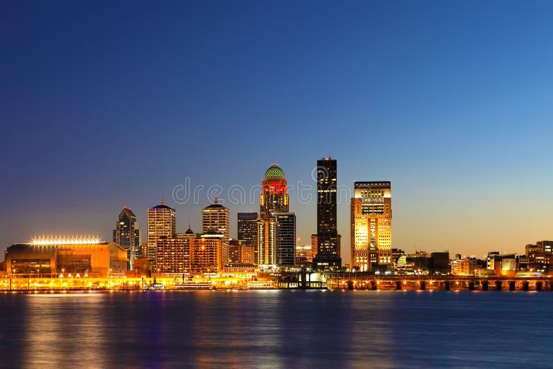 Louisville-Nachtskyline über dem Ohio stockfotografie
