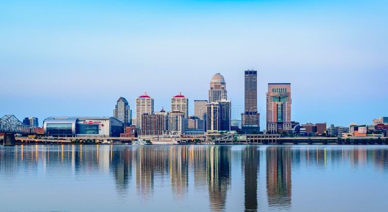 Louisville-Skyline bei Sonnenaufgang stockbild