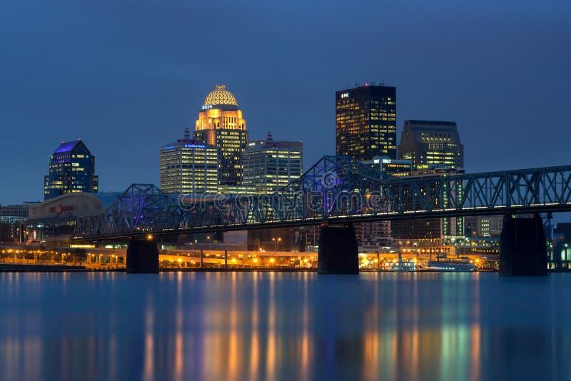 Louisville van de binnenstad bij nacht royalty-vrije stock fotografie