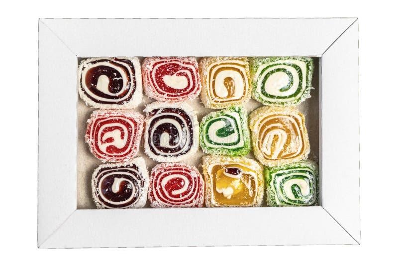 Loukoum na caixa isolada em um fundo branco Doces doces na caixa Textura dos doces foto de stock