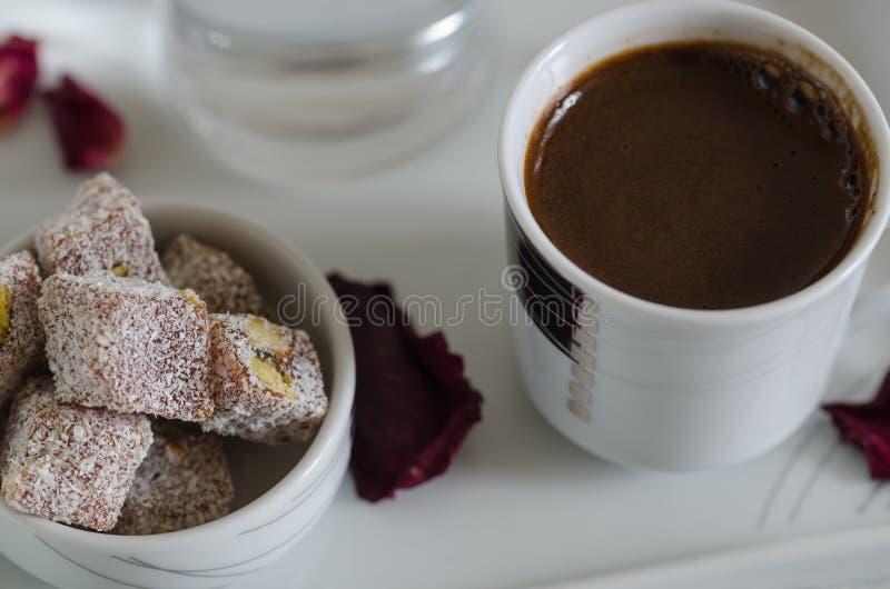 Loukoum tradicional e café turco imagem de stock royalty free