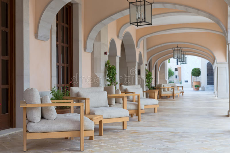 Lounge van het hotel met banken stock afbeeldingen