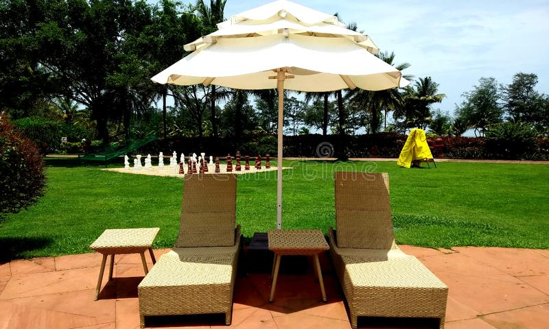 Lounger и зонтик Swimingpool на поле Концепция для остатков, релаксации, праздников, спа, курорта стоковое изображение