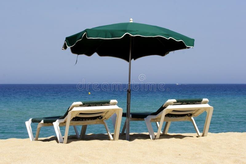 Lounger de Sun na praia arenosa, co imagem de stock royalty free