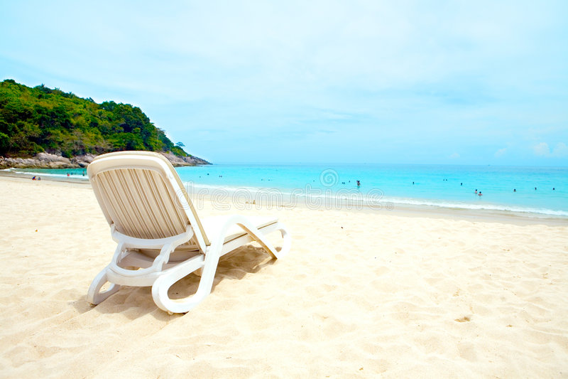 Lounger di Sun da una spiaggia sabbiosa fotografia stock libera da diritti