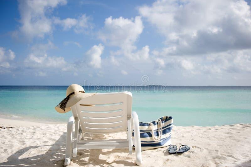Lounger di Sun sulla spiaggia immagine stock
